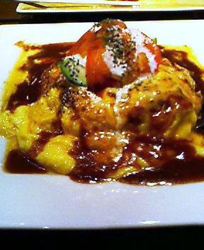 アボカドとモッツァレラチーズとトマトとサワークリームが乗っちゃったスペシャルオムライス.jpg