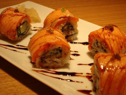 炙りサーモンとアボカドのロール寿司.jpg