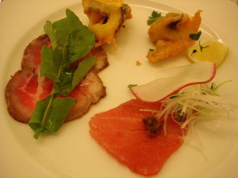 03_前菜の盛合せ_鮪のカルパッチョ、牛肉のカルパッチョ、奥出雲椎茸のフリット.jpg