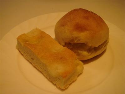 04_自家製パン_フォカッチャとスコーンのようなパン.jpg