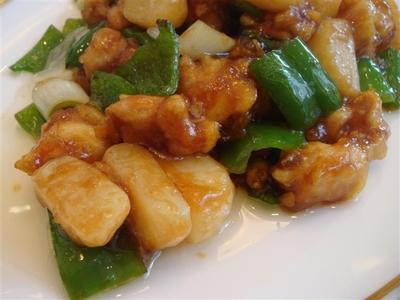 05_青椒鶏丁(鶏肉とピーマンの炒め)のアップ.jpg