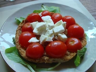 07_Fresella integrale con Mozzarella di Bufala, Pomodorini e Basilico.jpg
