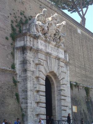 09・ヴァチカン博物館の入り口・現在は出口として使われている.jpg