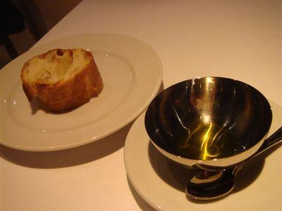 09・自家製パンがなくて、チーズ用のバケット・シチリア産EVオリーブオイル.jpg