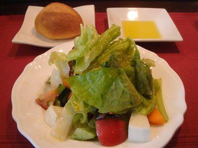 01_有機野菜のサラダ・ナポリのカプート社製の粉を使った自家製パン.jpg